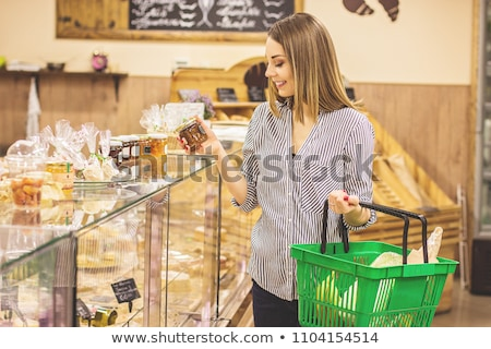 mulher · mercado · olhando · bolos · sorrindo · sorridente - foto stock © monkey_business