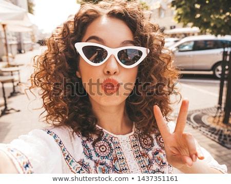 Jonge sexy vrouw poseren shirt bokshandschoenen Stockfoto © acidgrey