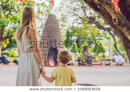 Anya fiú turisták néz fontos templom Stock fotó © galitskaya