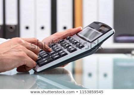 企業 · 男 · 電卓 · 笑みを浮かべて · 作業 · ビッグ - ストックフォト © andreypopov