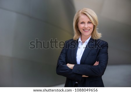 Foto stock: Sonriendo · altos · mujer · de · negocios · armas · doblado · mujer · de · negocios