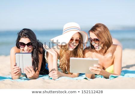 Glimlachende vrouw zonnebaden strand zomervakantie toerisme Stockfoto © dolgachov