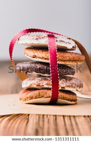 Poco pan de jengibre cookies cinta mesa de madera retrato Foto stock © przemekklos