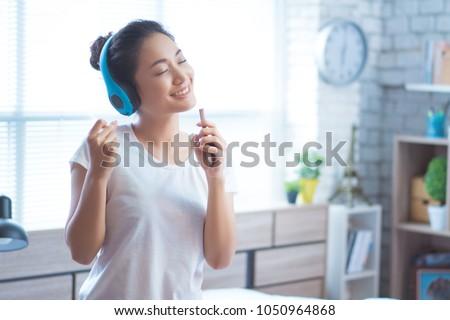 portrait · jeunes · femme · écouter · de · la · musique - photo stock © williv