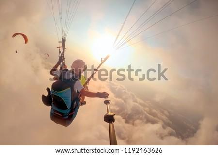 Siklórepülés hegy égbolt felhők férfi természet Stock fotó © adrenalina