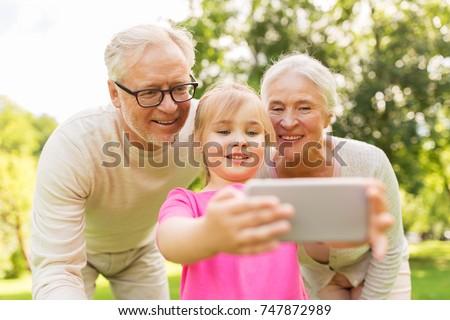 Grootmoeder kleindochter cel park familie recreatie Stockfoto © dolgachov