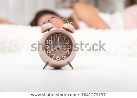 かわいい · 女性 · オフ · 目覚まし時計 · ベッド · 手 - ストックフォト © wavebreak_media