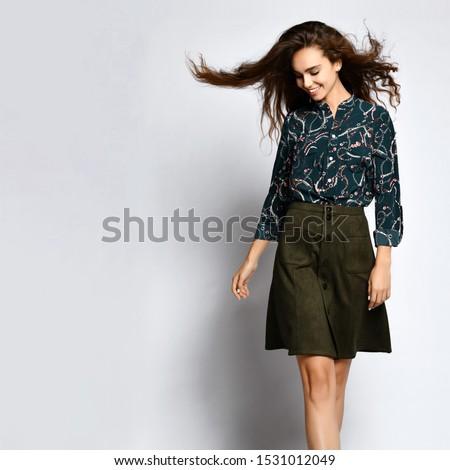 Portret kobieta interesu spódnica bluzka patrząc w dół elegancki Zdjęcia stock © julenochek