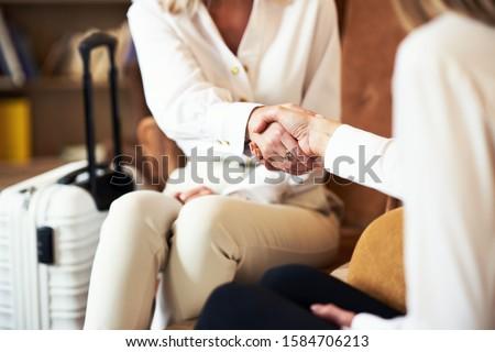 Szőke nő bőrönd beszél telefon szőke nő üzletasszony Stock fotó © studioworkstock