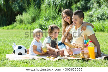 padre · toma · ninos · picnic · familia - foto stock © monkey_business