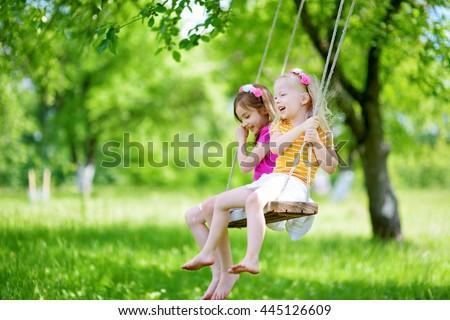 Foto d'archivio: Due · piccolo · sorelle · swing · bambini · giocare