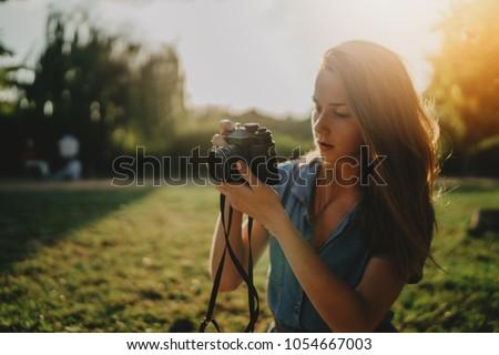 Gyönyörű nő fotós sétál park tart kamera Stock fotó © deandrobot