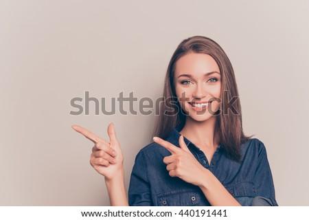 Foto stock: Jovem · feliz · mulher · indicação · longe · branco