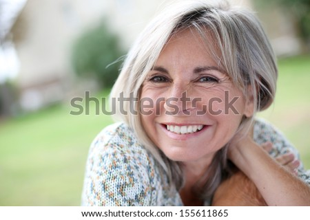 Retrato mujer madura jardinería mujer flor mujeres Foto stock © HighwayStarz