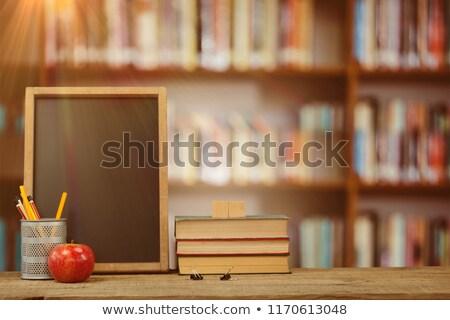 Libri desk organizzatore mela tavolo in legno biblioteca Foto d'archivio © wavebreak_media
