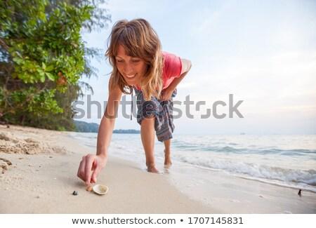 Nő tengerpart nyári vakáció gyűjt kagylók lány Stock fotó © godfer