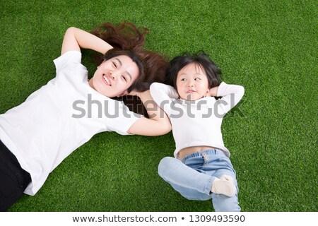 母親 · 娘 · 屋外 · 笑みを浮かべて · 花 · 幸せ - ストックフォト © is2