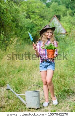 Nina pala jardín felicidad pie fotografía Foto stock © IS2