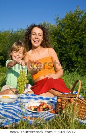 młodych · kobiet · strony · winogron · piknik · dziewczyna · wiosną - zdjęcia stock © Paha_L