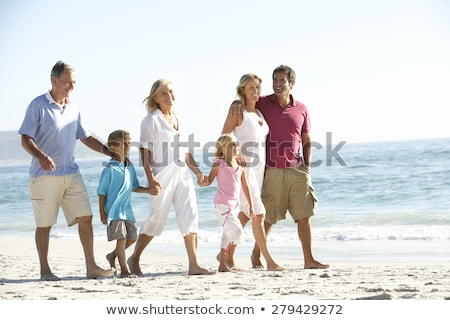familia · caminando · playa · cuatro · tomados · de · las · manos · Carolina · del · Norte - foto stock © monkey_business