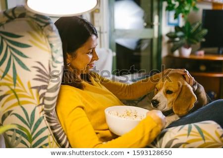 Feliz mulher alimentação pipoca casa comida Foto stock © dolgachov