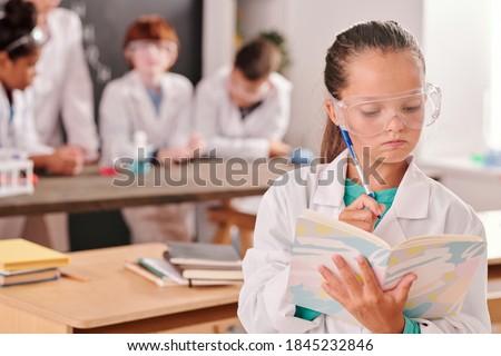 doktor · yukarı · ciddi · kadın · çalışmak · hastane - stok fotoğraf © pressmaster