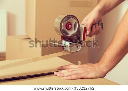 Jeunes hommes cases déplacer nouvelle emballage Photo stock © AndreyPopov