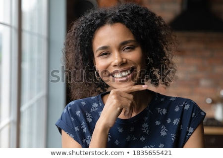 Obraz zadowolony udany uśmiechnięta kobieta patrząc kamery Zdjęcia stock © deandrobot