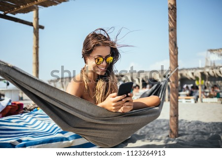 Nina teléfono celular playa paisaje móviles jóvenes Foto stock © photography33