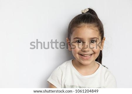Kislány portré felfelé néz mosolyog boldogság fotózás Stock fotó © silent47