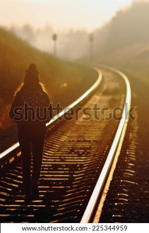 Stockfoto: Jong · meisje · lopen · spoorweg · mooie · jonge · blond