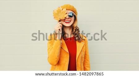 Zdjęcia stock: Jesienią · kobieta · objętych · pozostawia · dziewczyna · kobiet