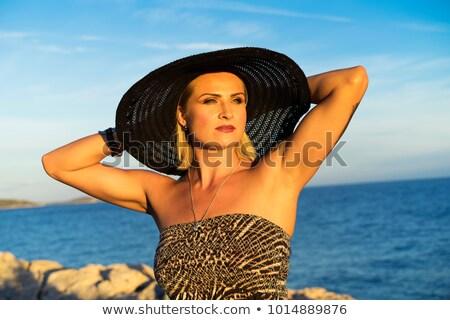 gyönyörű · nő · természetes · fehér · póló · néz · arany - stock fotó © zurijeta