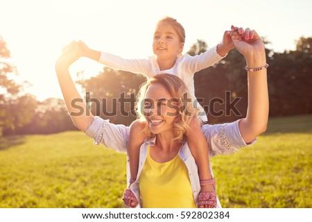 Сток-фото: счастливым · мамы · дочь · пикника · зеленый · парка