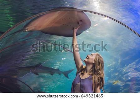 Genç kadın balık tünel su adam Stok fotoğraf © galitskaya