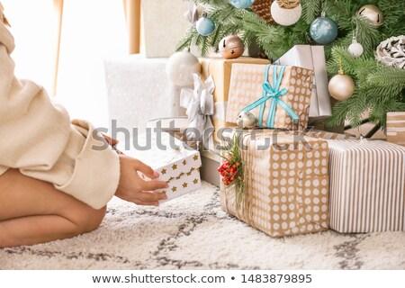 Foto stock: Manos · cajas · de · regalo · árbol · de · navidad · vacaciones · presenta · año · nuevo