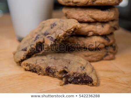 Dos grande chocolate chip cookies vidrio Foto stock © raphotos