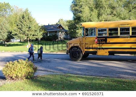 Geel schoolbus wachten leerlingen buiten Stockfoto © wavebreak_media