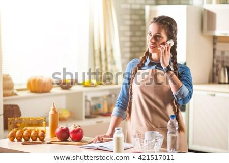 dos · personas · sesión · cocina · línea · portátil · hombre - foto stock © is2