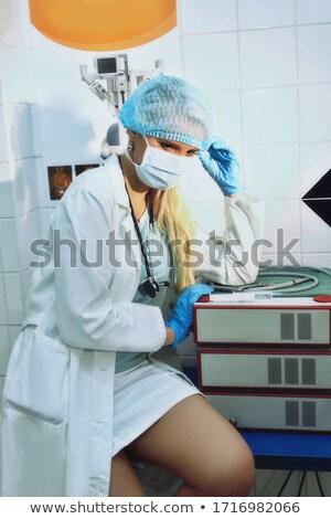 jonge · mooie · vrouwelijke · arts · medische · masker - stockfoto © traimak