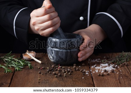 pimenta · preta · feminino · mãos · temperos · comida · preto - foto stock © galitskaya