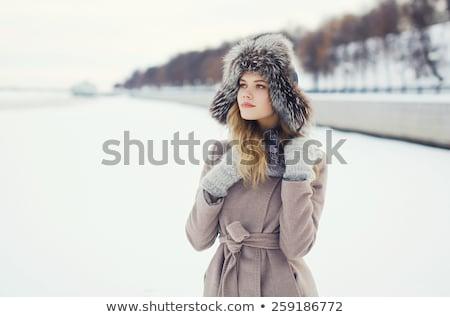 Mulher jovem inverno boné verde mulher Foto stock © stepstock