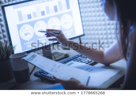 Financeiro gráficos documentos tabela laptop Foto stock © Rebirth3d
