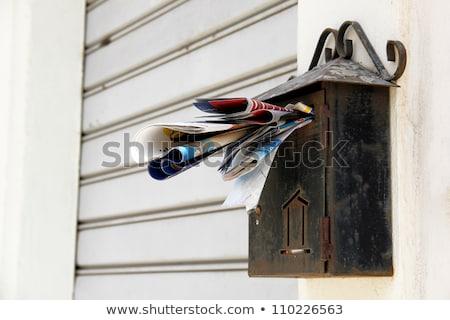 Rusty buzón colgante cerca mail Foto stock © smithore