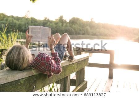 lecture · lac · couple · livres · soleil · séance - photo stock © kzenon