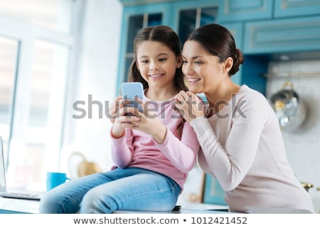 anya · lánygyermek · kölcsönhatás · anya · lány · könyv - stock fotó © kentoh