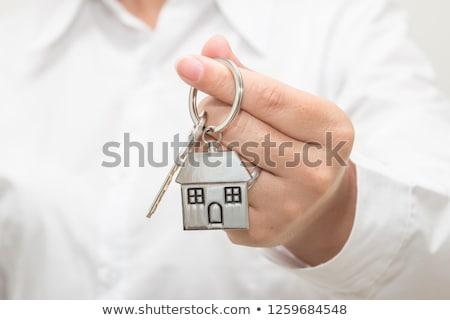 Vrouwelijke makelaar huis model sleutelhanger selectieve aandacht Stockfoto © stevanovicigor