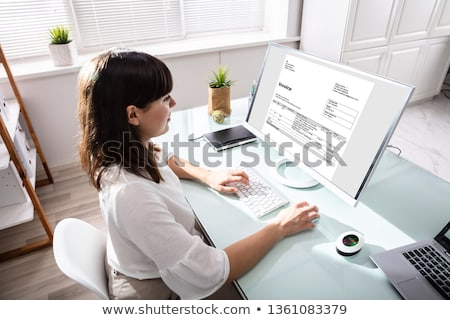 Kobieta interesu rachunek komputera młodych patrząc ekranie komputera Zdjęcia stock © AndreyPopov