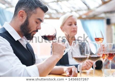 Jonge wijnmakerij rode wijn een onderzoeken kwaliteit Stockfoto © pressmaster