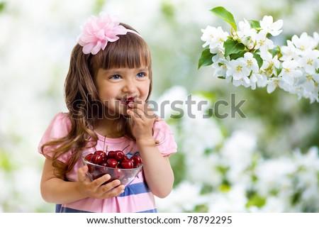 bastante · little · girl · doce · cerejas · jardim · bebê - foto stock © Paha_L